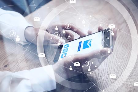 Cierre de diseño genérico teléfono inteligente sosteniendo en las manos femeninas para los mensajes de texto del mensaje. Correo electrónico enviar pantalla de iconos. Interfaz