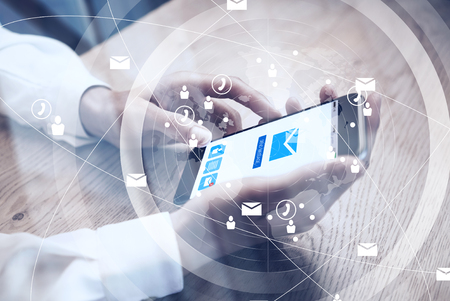 Gros plan de la conception générique téléphone intelligent tenant dans les mains des femmes pour envoyer des SMS message. Email envoyer écran d'icônes. Interface Banque d'images - 52908263