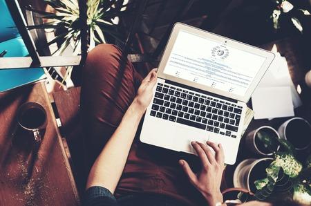 teclado de computadora: Vista de estudiante páginas del sitio web de Wikipedia. ordenador portátil de diseño genérico está de rodillas. Horizontal, Barcelona, ??España