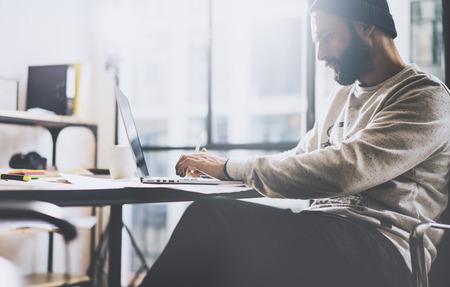 Photo hombre de negocios que trabaja con el cuaderno diseño genérico. horizontal