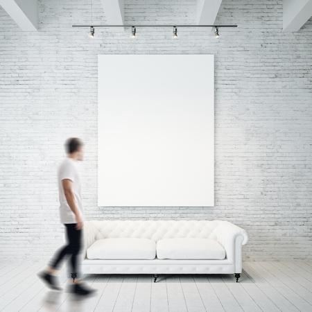 Foto van witte t-shirt hangen op hout achtergrond en bebaarde man met duidelijke T-shirt.