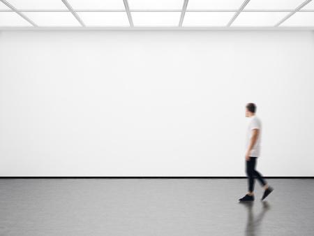 空白のキャンバスを見てモダンなギャラリーで女の子の写真。水平方向