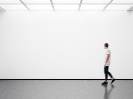 Foto von Mädchen in der modernen Galerie an der leeren Leinwand suchen. Horizontal Standard-Bild - 54159110