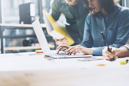 tormenta de ideas: éxito del equipo. Foto businessmans joven equipo de trabajo con el nuevo proyecto de inicio. Genérico portátil de diseño en la mesa de madera. Analizar las manos planes, teclado.