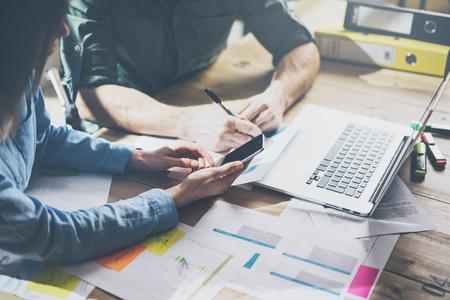 Team-Erfolg. Foto Young business Crew mit neuen Startup-Projekt arbeiten. Generisches Design-Notebook auf Holz Tisch. Analysieren Pläne Hände, Tastatur. Lizenzfreie Bilder