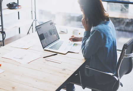 mujeres pensando: concepto de proceso de trabajo de los estudiantes. proyecto universitario que trabaja mujer joven con ordenador portátil de diseño genérico. Análisis de los planes de las manos, smartphone hablando. fondo borroso, efecto de película. Foto de archivo
