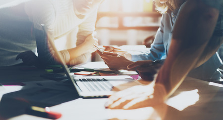 팀 succes에. 새로운 시작 프로젝트로 작업 사진 젊은 businessmans입니다 승무원. 나무 테이블에 일반 디자인 노트북입니다. , 키보드 계획의 손을 분석합니