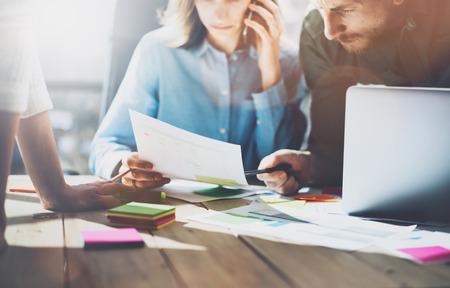 Team succes. Photo jonge businessmans crew werken met nieuwe startup project. Generieke ontwerp notebook op houten tafel. Analyseer plannen handen, toetsenbord.