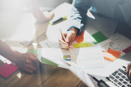 チームは正常。写真の若い businessmans 乗組員は新しいスタートアップ プロジェクトでの作業します。木製テーブルの上の一般的なデザインのノートブック。 プランを分析、キーボードします。 写真素材