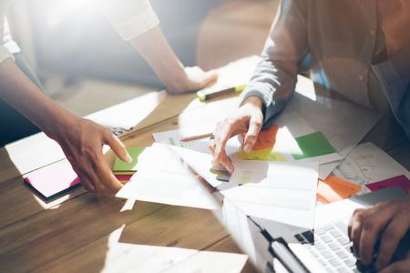 documentos: éxito del equipo. Foto businessmans joven equipo de trabajo con el nuevo proyecto de inicio. Genérico portátil de diseño en la mesa de madera. Analizar los planes, teclado.