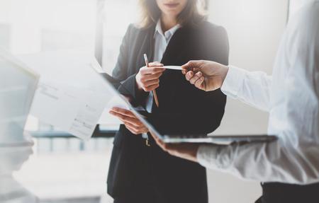 Zdjęcie partnerów biznesowych spotkań. Praca w zespole. Kobieta biznesu dając karty kolegi. Prezentacja nowego projektu nowoczesnego biura.