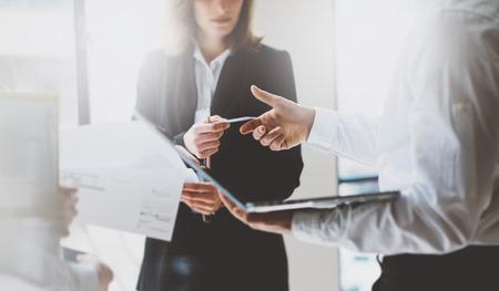 Zdjęcie partnerów biznesowych spotkań. praca zespołowa. Kobieta biznesu dając karty kolegi. Prezentacja nowego projektu nowoczesnego biura. Zdjęcie Seryjne
