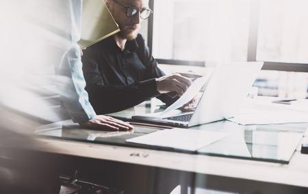 Teamarbeit Prozess. Foto junge Business-Crew arbeitet mit neuen Startprojekt Laptop. Projektmanager Sitzung. Analysieren Sie Pläne, Papiere, Dokumente. Unscharfen Hintergrund, Film-Effekt,