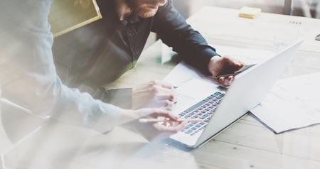 Business team werkproces. Foto jonge professionals crew werken met nieuwe startup project. Projectmanagers vergadering. Analyseren van business plannen laptop