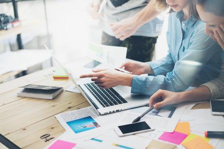 Creatief team coworking project.Photo business managers werken met nieuwe startup in de moderne loft.Analyze verslagen, plannen. Notebook op houten tafel, papier, documenten, statistieken. Stockfoto