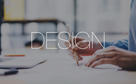 Jonge architect project werk concept. Foto vrouwelijke handen werken met nieuwe startup project in de moderne loft. Hedendaagse notebook houten tafel. Designwereld. horizontale mockup