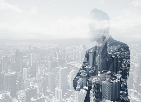 Foto van stijlvolle volwassen zakenman draagt trendy kleding. Double Exposure, panoramisch uitzicht over de hedendaagse stad achtergrond.
