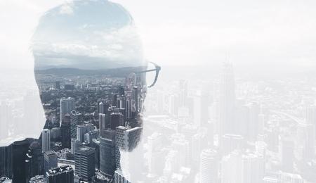 트렌디 한 양복을 입고 도시를 찾고 세련 된 수염 된 변호사의 사진. 이중 노출, 파노라마보기 현대 도시 배경입니다.