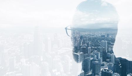 exposicion: Foto de abogado barba con estilo que desgasta el juego de moda y mirando la ciudad. Doble exposición, vista panorámica de la ciudad moderna de fondo. Espacio para su mensaje de negocios. Foto de archivo
