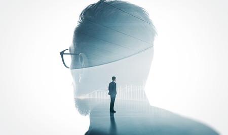 Foto van stijlvolle bebaarde bankier dragen glas geïsoleerd wit. Dubbele belichting stijlvolle volwassen zakenman draagt trendy pak en kijken diagram achtergrond. Geïsoleerde wit.