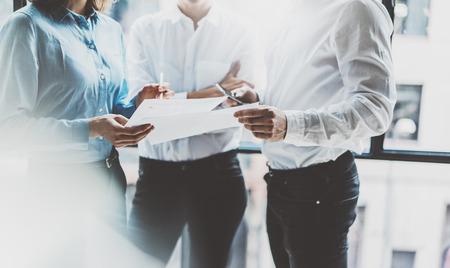 Business team meeting, werkproces. Foto professionele bemanning die werkt met een nieuw opstartproject. Projectbeheerders bij het raam. Businessplannen analyseren. Wazige achtergrond, film effect, bokeh.