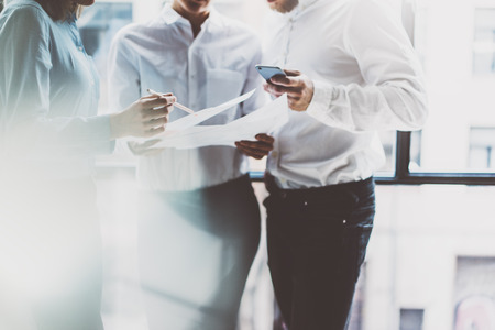 Business team vergadering, werken process.Photo professionele bemanning werken met nieuwe startup project.Project managers in de buurt van window.Analyze business plannen, smartphone handen. Onscherpe achtergrond, film effect.