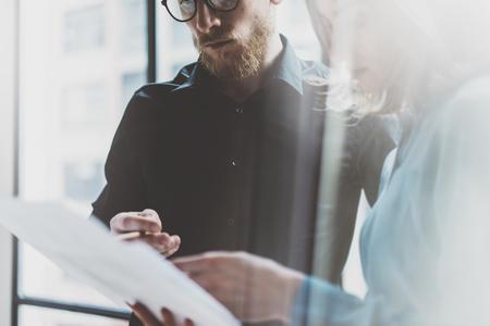 professionnel: processus de travail d'équipe d'affaires office.Photo moderne équipage professionnel travaillant avec le nouveau projet de démarrage. Les gestionnaires de projet de réunion. Analyser plans.Coworking monde. Arrière-plan flou, effet de film.