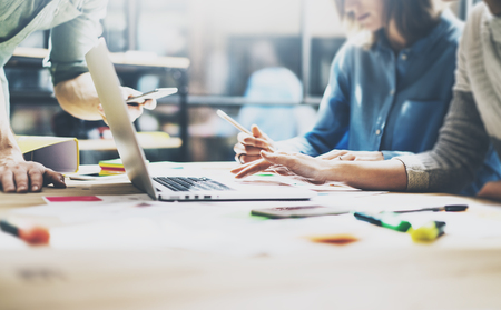 Teamvergadering process.Photo jonge business managers crew werken met nieuwe startup project.Notebook op houten tafel, het typen keyboard.Using moderne smartphones, sms-bericht, analyseert plannen. Stockfoto - 54558473
