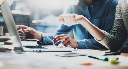 Rekening teamvergadering. Foto jonge crew werken met nieuwe startup project.Notebook op houten tafel. Idea presentatie, analyseren marketingplannen. Coworking proces.
