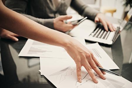 situación de negocios, trabajo en equipo, lluvia de ideas. Foto mano femenina corral. Hombre con smartphone y un ordenador portátil moderno. El proceso de trabajo de oficina moderna. Discusión de inicio. Horizontal