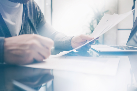 hombre pensando: gerente de finanzas de la foto Primer adulta que trabaja en la mesa con el nuevo proyecto empresarial. Cuaderno moderno sobre la mesa. Los signos de documentar y analizar los contratos. Foto de archivo
