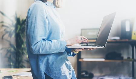 Project manager werkproces. Foto jonge wooman werken met nieuwe startup. Bedrijf moderne notebook handen. Wazig, film effect.