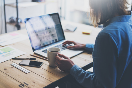Arbeitsprozess modernen Büro. Account-Manager mit neuen Business-Projekt arbeiten. Typing zeitgenössischen Laptop, vas Foto-Bildschirm, auf dem Smartphone Holztisch. Horizontal. Film-Effekt.