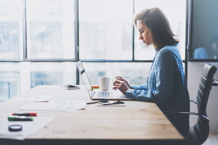 Werkproces modern kantoor. Jonge finance manager werken houten tafel met nieuwe business opstarten. Het typen moderne laptop. Horizontaal. Film effect. Stockfoto