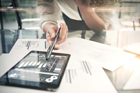 投資部門の作業工程。クローズ アップ写真のビジネスの女性のレポート現代タブレット画面を表示します。統計グラフィックス画面。銀行印文書、