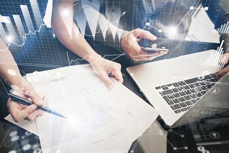 Concepto de reunión de lluvia de ideas. Equipo de negocios trabajando en la oficina moderna del proyecto de inversión. Utilizando una computadora portátil contemporánea. Tecnología de conexión mundial, interfaz gráfica de bolsas de valores.