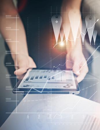 Foto weibliche Hände modernen Tablette zu halten. -Manager neue Büro Private-Banking-Projekt arbeiten. Mit elektronischen Geräten. Grafik-Icons, weltweit Börsen-Schnittstelle auf dem Bildschirm. Lizenzfreie Bilder