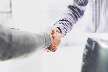 buen trato: reunión de socios de negocios. businessmans imagen del apretón de manos. El éxito de empresarios apretón de manos después buena oferta. Borroso Foto de archivo