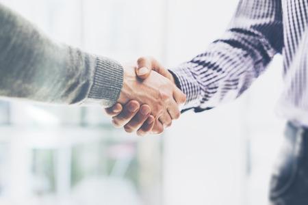 Koncepcja partnerstwa biznesowe spotkanie. businessmans Uścisk dłoni. Sukcesy biznesmenów uzgadniania po dobrą ofertę. Poziome, niewyraźne