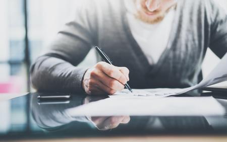 投資マネージャーの作業。写真男作業ペーパー文書。民間銀行印契約のペンを使用して。新しいビジネス プロジェクトのスタートアップ。 写真素材 - 55449229