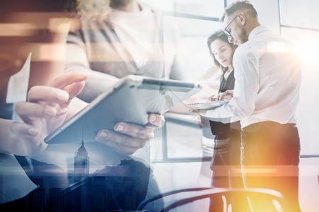 Business-Team Arbeitsprozess.Double Exposition Foto professionelle Crew arbeitet mit neuen Startup Projekt.Investment Manager Treffen. Analysieren Business-Pläne Laptop.Blurred, Film und Bokeh-Effekt.