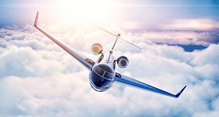 chorro: Foto del diseño genérico jet privado de lujo negro volando en el cielo azul al atardecer. Enorme fondo de nubes blancas. foto Los viajes de negocios. , Vista superior horizontal.