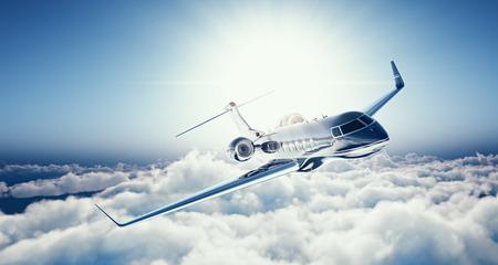 Afbeelding van zwart luxe generieke ontwerp prive-jet vliegen in de blauwe lucht bij zonsondergang. Enorme witte wolkenachtergrond. Luxe reisconcept. Horizontaal.