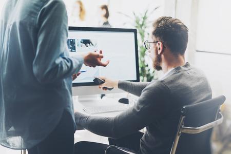 Coworking-Prozess, Manager-Team arbeiten neue Projekt.Photo junge Business-Crew arbeiten mit Startup modernen office.Desktop Computer auf dem Tisch, Bild Bildschirm Monitor. Verschwommen, filmeffekt.
