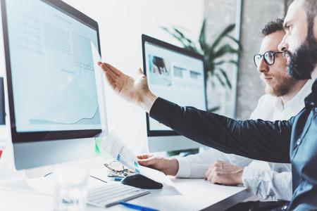 Foto werken process.Finance handel manager toont reports.Young bedrijf crew werken met het opstarten van het project moderne office.Desktop computer op tafel, het tonen presentation.Blurred, film effect.