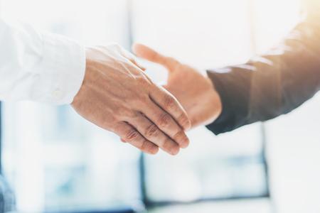 buen trato: reunión de socios de negocios. businessmans Foto del apretón de manos. El éxito de empresarios apretón de manos después buena oferta. Borroso Foto de archivo