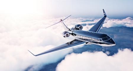 航空機: 日の出青空に飛んで黒高級汎用デザイン プライベート ジェットのイメージ。巨大な白い雲の背景。ビジネス旅行の概念。水平。