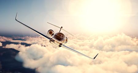 chorro: Imagen de diseño genérico jet privado de lujo negro volando en el cielo azul al atardecer. Enormes nubes blancas y el sol de fondo. el concepto de viaje de negocios. Horizontal, de frente.