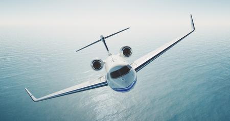 Bild von Luxus generic Design Privat-Jet fliegen über das leere Meer. Blauer Himmel im Hintergrund. Luxus-Reise-Konzept. Horizontal. Standard-Bild