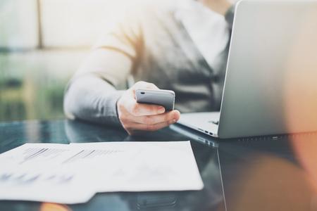 Arbeitsprozess Foto. Manager-Arbeitstisch mit neuen Startprojekt. Moderne Notebook-Tisch. Mit zeitgenössischen Smartphone. Horizontal. Flares, Filmeffekt.